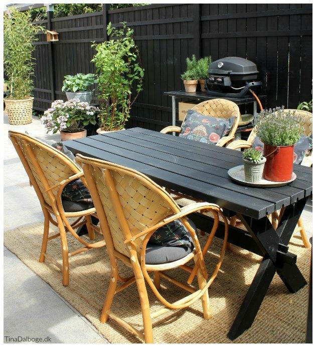 terrasse indrettet med le courbusier stole og gasgrill fra landmann tinadalboge