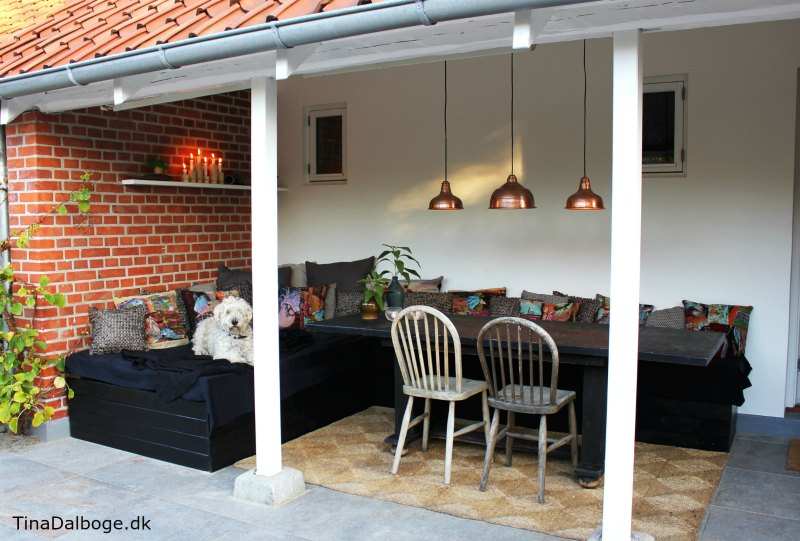 terrasse med havemøbler af paller beklædt med brædder tina dalbøge tinadalboge.dk