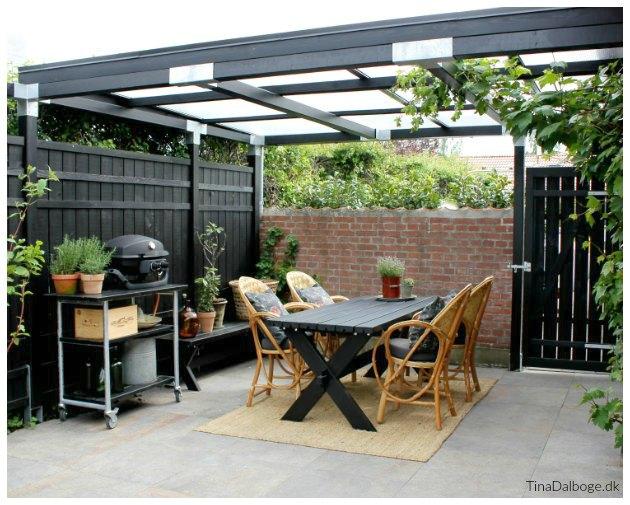 terrasse med hegn overdækning og havelåge le courbusier stole tinadalboge