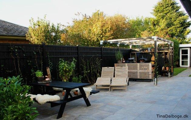 terrasse med italienske fliser der ikke skal vedligeholdes udekøkken fra plus tina dalbøge