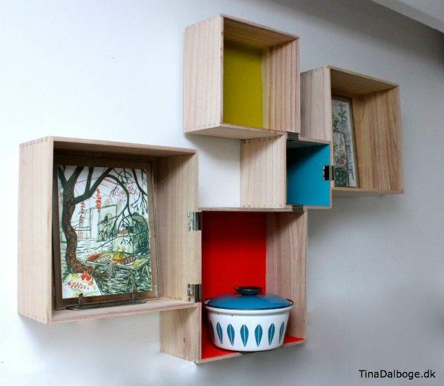 trækasser og små bogkasser i retrofarver sat sammen med bulldog klemmer