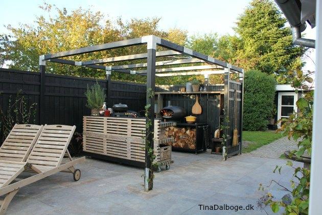 terrasse med udek kken af traller mors forno pizzaovn i g rdhave tina dalb ge havem bler. Black Bedroom Furniture Sets. Home Design Ideas