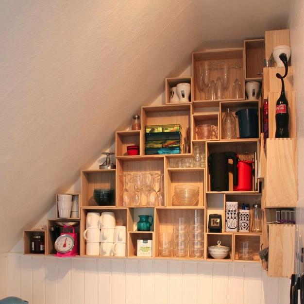 væg i køkken med trækasser til opbevaring under skråvægge