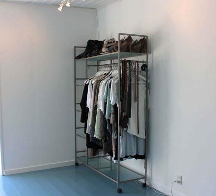 Tøjstativ som en del af et walk in closet man selv kan lave