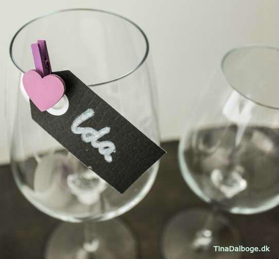 Manillamærke som bordkort på vinglas med hjerte klemme til festen.