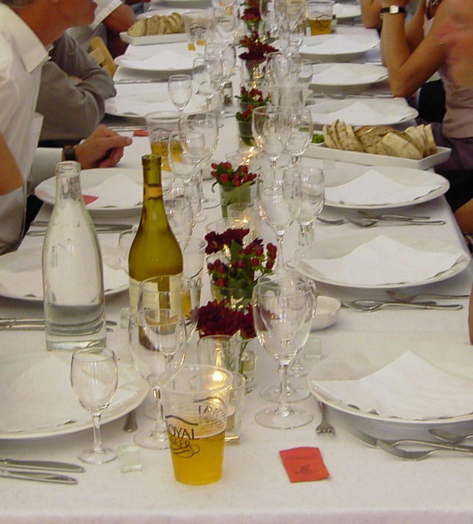 bordpynt og bordplan til bryllupsfest