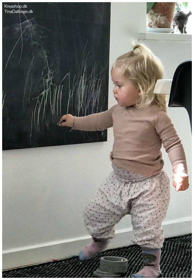 børn maler på tavle med tavlemaling og tavlelak tinadalboge