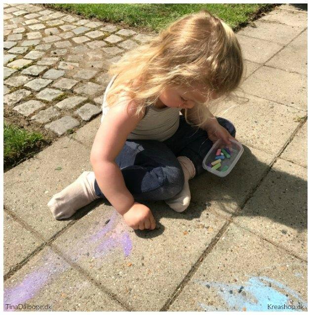 barn Maler kridt på fliser udenfor tinadalboge