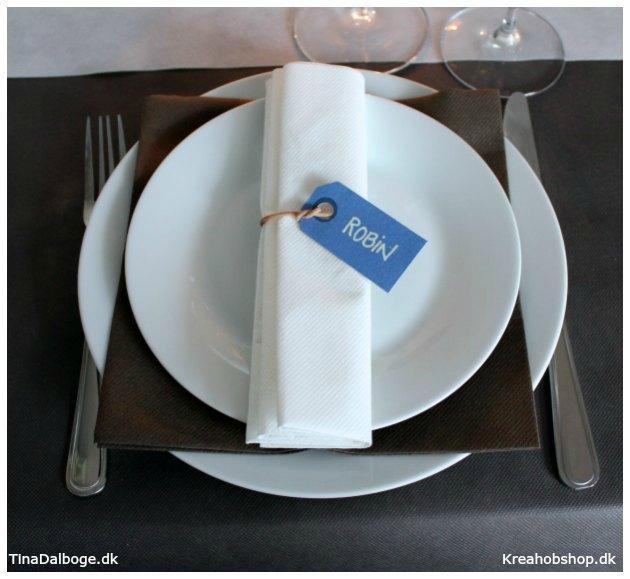 bordkort og bordpynt med strand