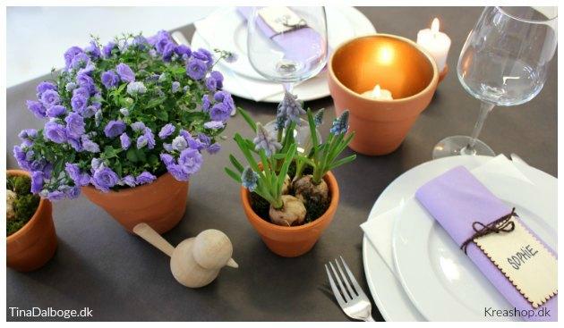 bordpynt i blå og lilla farver med forår og fest kreashop tinadalboge