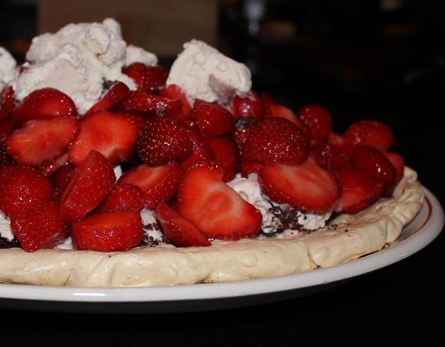 Dessert med marengs, is og jordbær