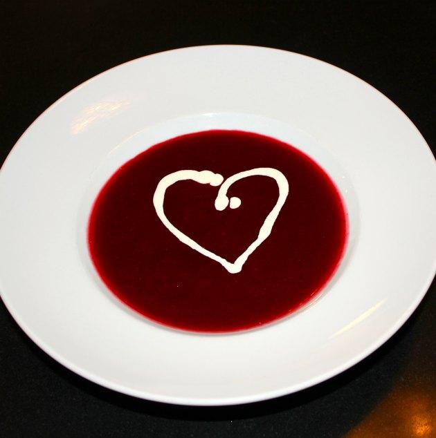 dessert med bær serveret i et hjerte