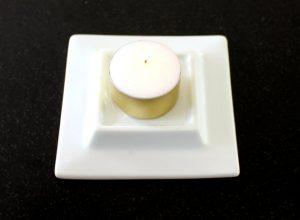 firkantet porcelænsfad der passer til en mælkekarton