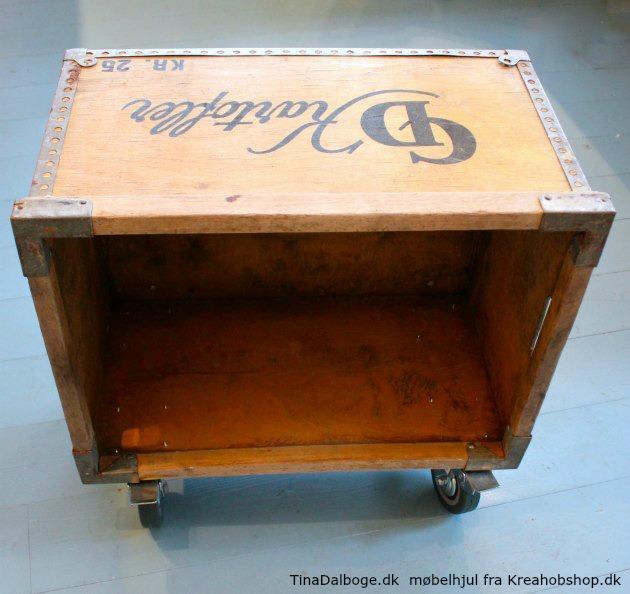 gammel trækasse - kartoffelkasse - flykasse brugt som lille reol da der er skruet møbelhjul under