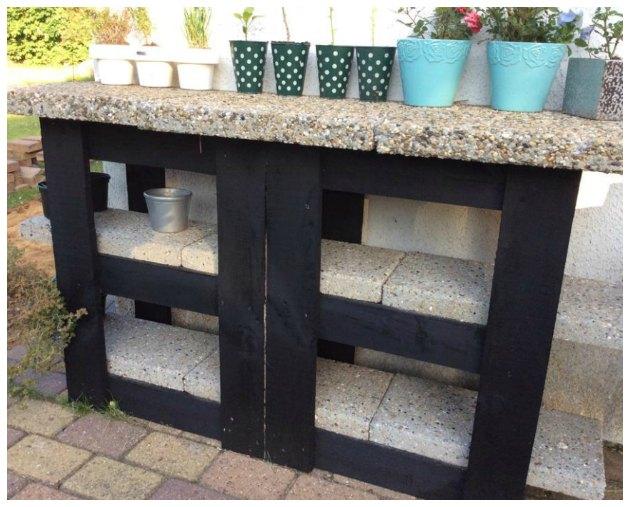 hjemmelavet bord af brædder og fliser til terrassen