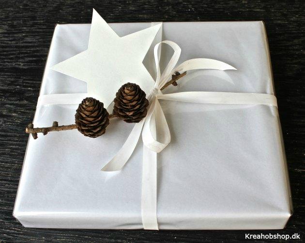 hvidt og blankt gavepapir med stjerne og kogler gavepapir og mat gavebånd fra kreahobshop