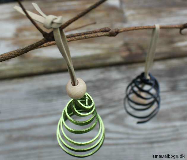 Ophæng med juletræ og klokke lavet i blødt bonzaitråd