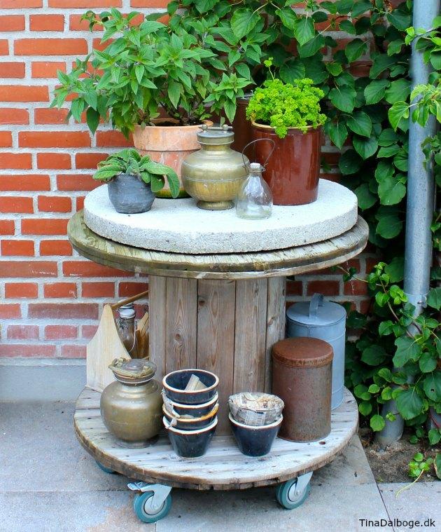 kabeltromle brugt som bord på terrassen