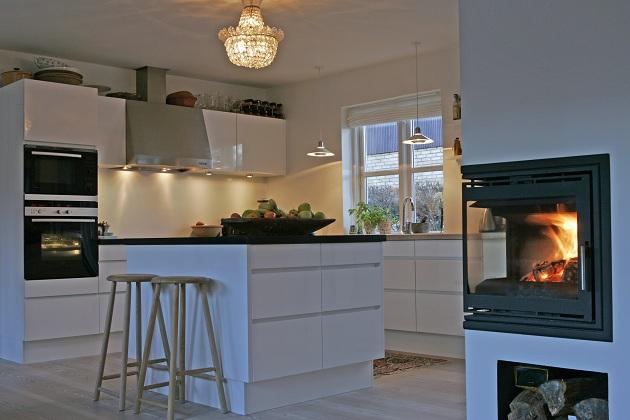gammel lysekrone i et nyt køkken