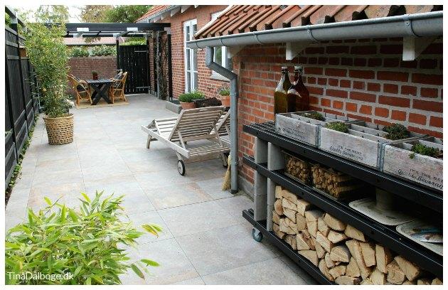 terrasse med møble bygget af traller og fundablokke tinadalboge