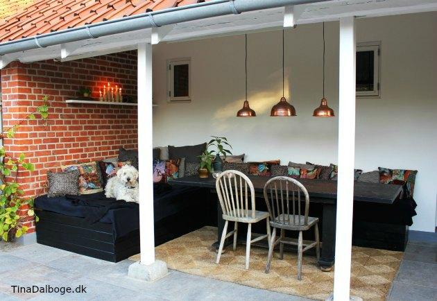 terrasse med møbler lavet af euro paller til bænk og seng eller daybed hos tina dalbøge