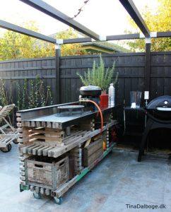 terrasse med udekøkken bygget op af traller fra stilladser tina dalbøge